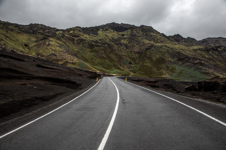 endlose Straßen in der beeindruckenden Landschaft Islands  || Bohoray - Abenteuer Hochzeits und Elopement Fotografin Island - Victoria Rüf  || www.bohoray.com