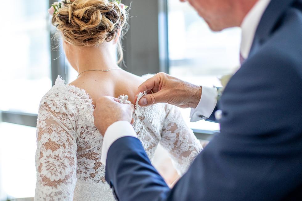 Das Brautkleid anziehen, Hochzeitsfotograf Vorarlberg