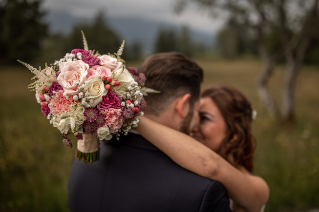 bridal bouquet photo - wedding pictures in the mountains