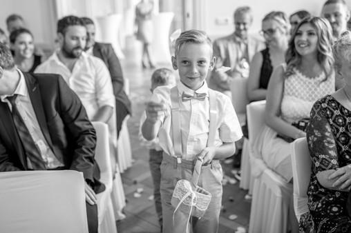 blumenkinder beim einzug in die kirche in schwarz weiß