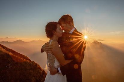 Epische Hochzeitsfotos in den Bergen Österreichs. Wild Embrace Fotografie. Abenteuer Hochzeitsfotografen weltweit von Österreich Europa. || www.wildembrace.photo
