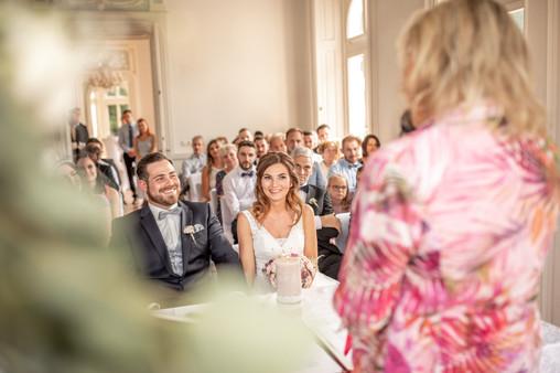 glückliches brautpaar ist froh endlich zu heiraten