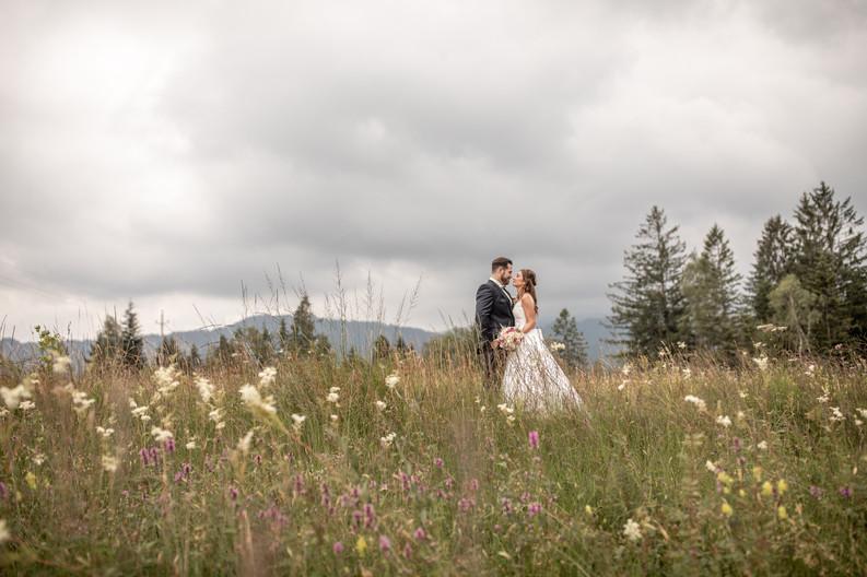 brautpaar im gras, episches hochzeitsfoto