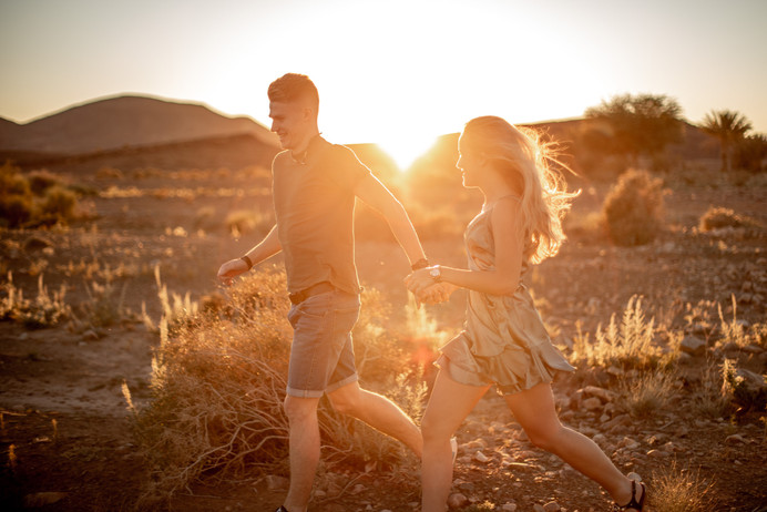 Sunset Engagementphotos in the Desert in Morocco || Bohoray Adventure Elopement and Weddingphotography by Victoria Ruef || www.bohoray.com || Elopementphotographer Morocca, Adventure Weddingphotographer Africa