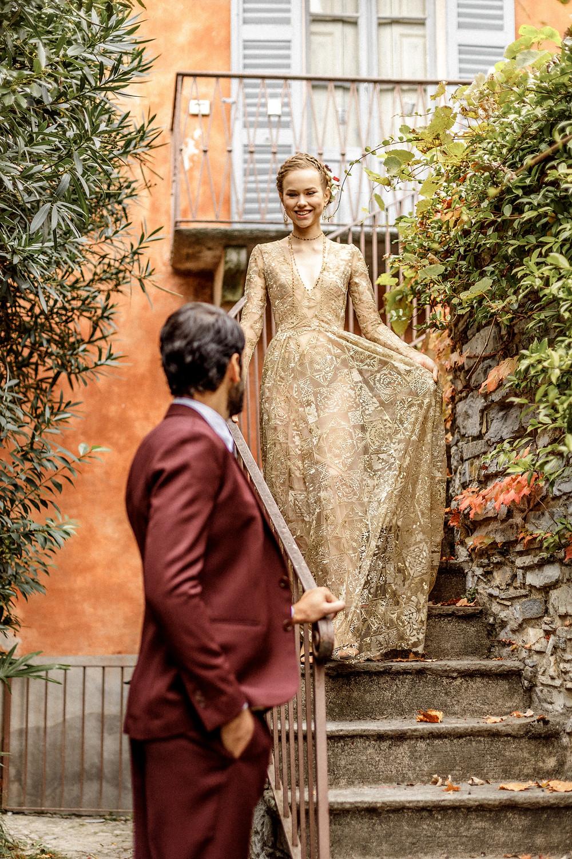 Romeo und Julia beim First Look bei der Elopement Hochzeit in einer alten Villa am Comosee