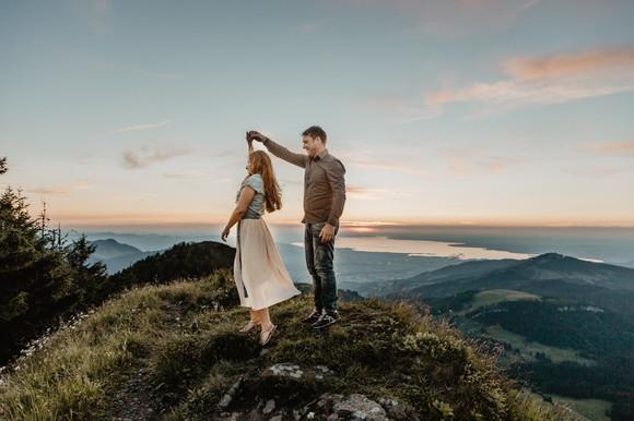 Hochzeit in den Bergen in Mellau im Bregenzerwald / Wild Embrace Fotografie. Abenteuer Elopement und Auslandshochzeit Fotografen. Österreich, Europa / www.wildembrace.photo