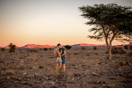 natural and authentic Engagementphotos in the Desert in Morocco || Bohoray Adventure Elopement and Weddingphotography by Victoria Ruef || www.bohoray.com || Elopementphotographer Morocca, Adventure Weddingphotographer Africa