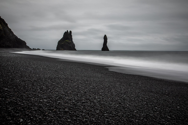 Reynisfjara the Black Sand Beach in Vik in Iceland || Bohoray - Adventure Wedding and Elopement Photographer Iceland - Victoria Ruef  || www.bohoray.com