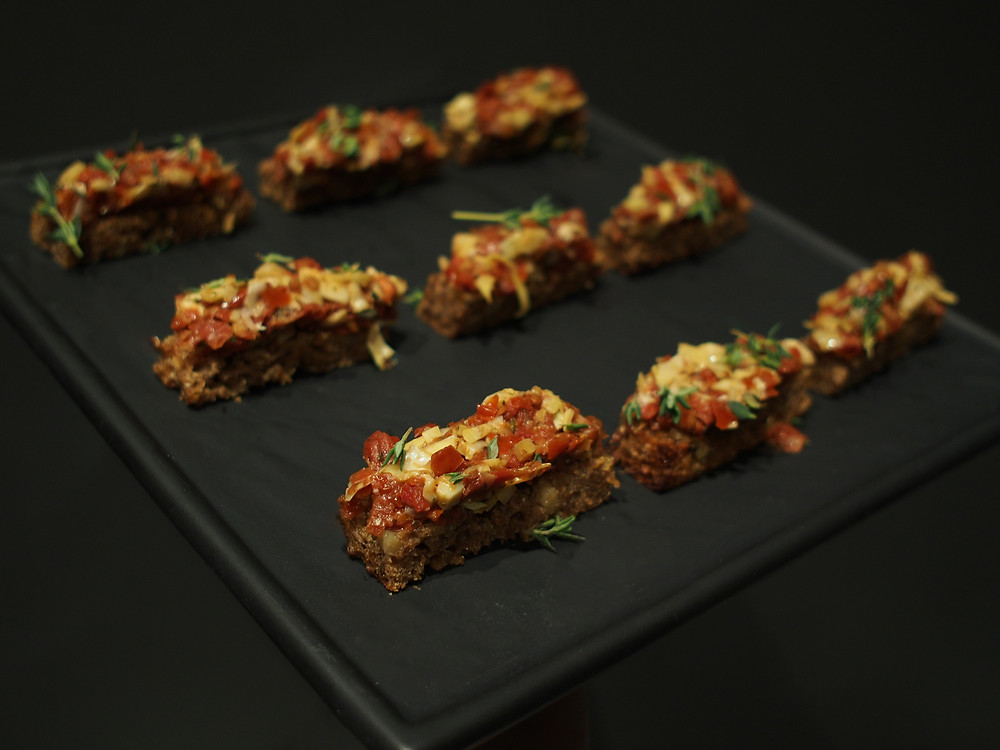 Тартар из артишоков и вяленных томатов на тосте с тимьяном и розмарином