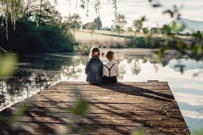Geschwister am Teich