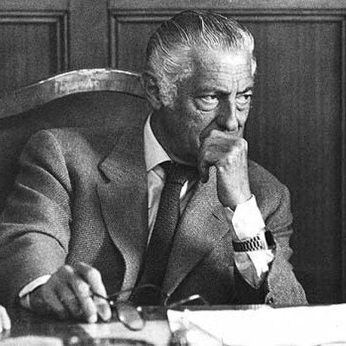 Gianni Agnelli souvent cité en exemple masculin et emblème de la sprezzatura, l'élégance désinvolte à l'italienne