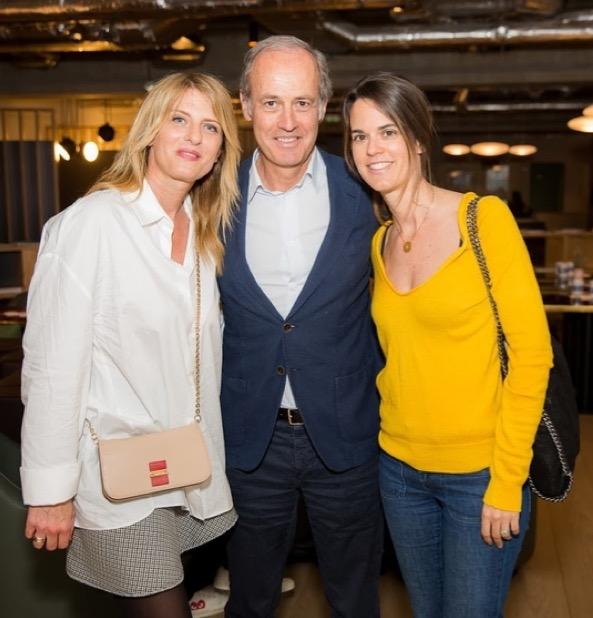 Caroline et son fameux pull jaune aux côtés de Xavier Romatet et Karine Froger