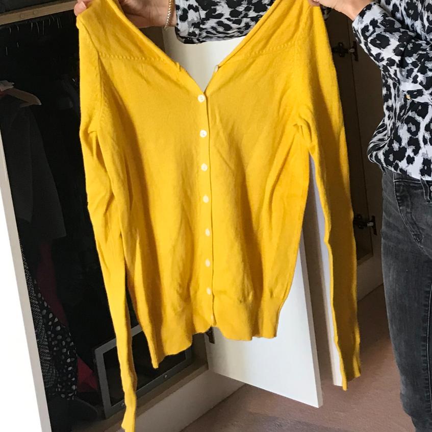 Le pull transformé en un magnifique jaune moutarde pile dans la palette de Caroline!