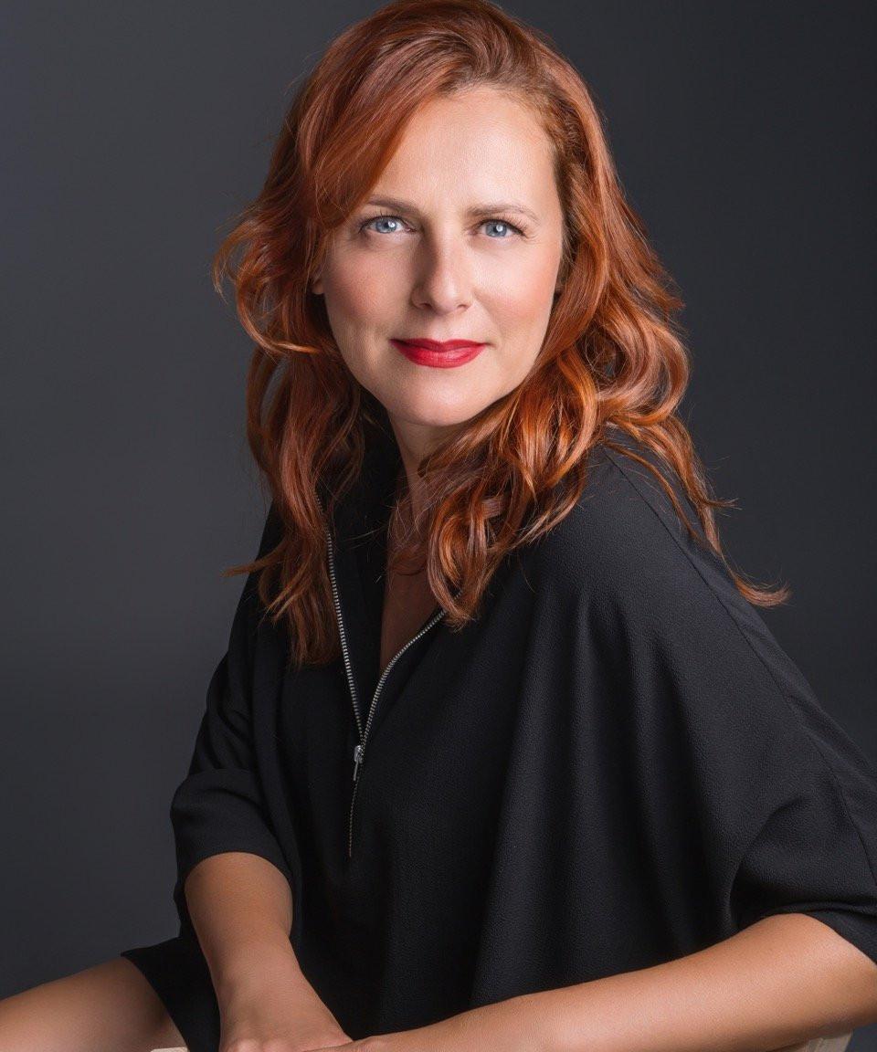Gordana Dimitrijevic crée des chaussures aux couleurs multicolores et pourtant elle est souvent vêtue de noir