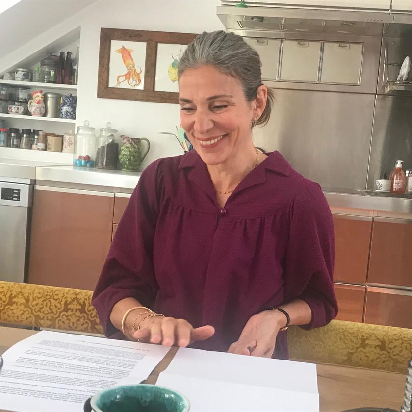 Prune dans sa cuisine : elle porte une robe vintage qu'elle a trouvée au Danemark