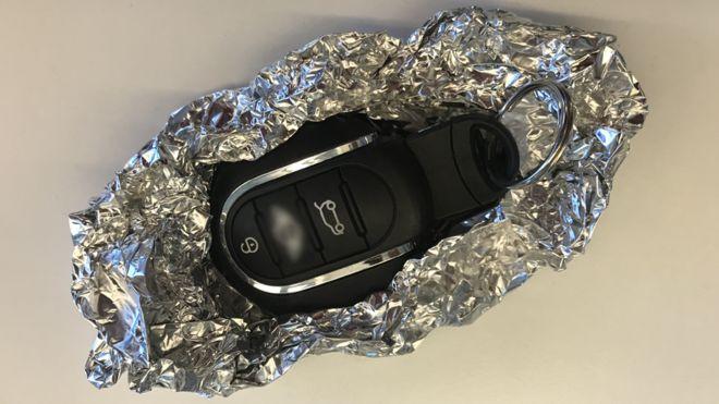 Segundo especialistas, folhas de alumínio podem ajudar a bloquear a transmissão de informações que permitiriam o acesso de terceiros ao veículo