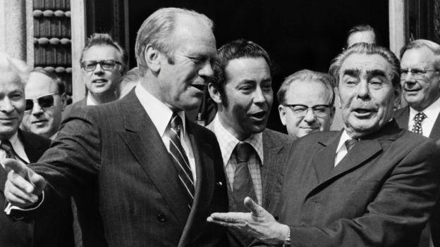 Em plena Guerra Fria, o presidente americano Gerald Ford e o líder soviético Leonid Brezhnev participaram da Conferência de Helsinki em 1975