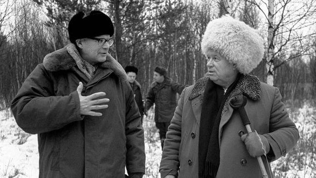 Urho Kekkonen, que governou a Finlândia entre 1956 e 1982, aparece ao lado do premier soviético Nikita Kruschev