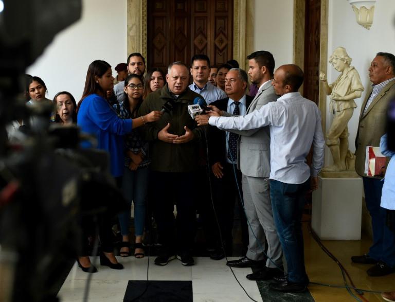 O novo presidente da Assembleia Constituinte venezuelana Diosdado Cabello fala com a imprensa depois de uma reunião com membros das comissões da Assembleia em Caracas, no dia 21 de junho de 2018 - AFP