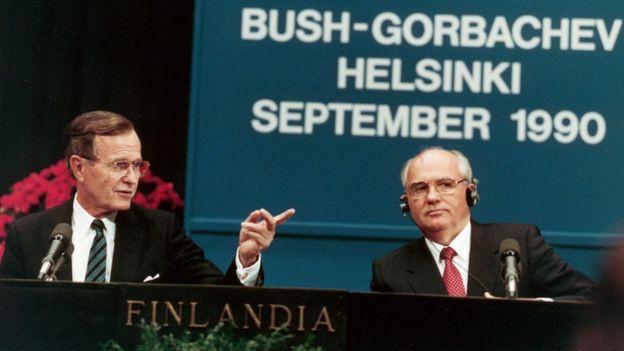 George H.W. Bush e o último lídere da União Soviética, Mijaíl Gorbachov, se reuniram na Finlândia em 1990