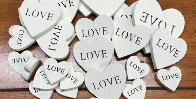Fa szívek LOVE felirattal 30 db-os