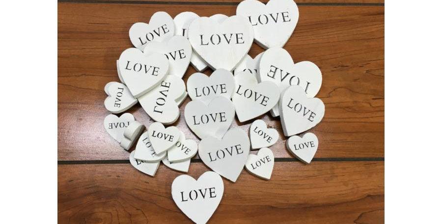 Fehér fa szív Love felirattal