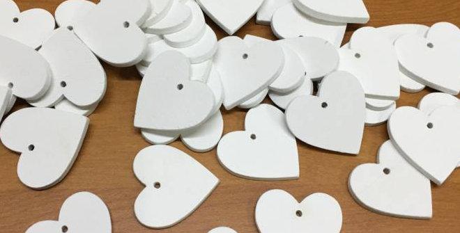 Fehér fa szív lyukasztással