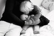 Schwester küsst ihren kleinen Bruder auf der Stirn