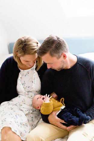 Eltern mit Neugeborenen im Arm
