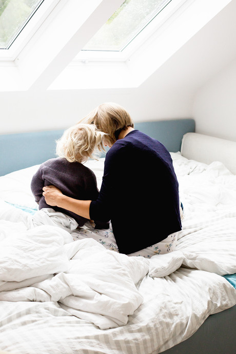 Mutter streichelt Tochter sanft den Rücken