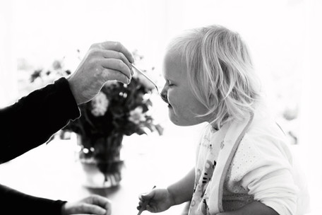 Papa füttert kleines Mädchen