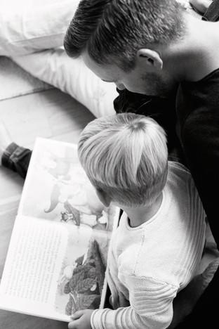 Papa liest Sohn ein Buch vor