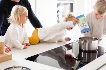 Kinder kochen Milchreis