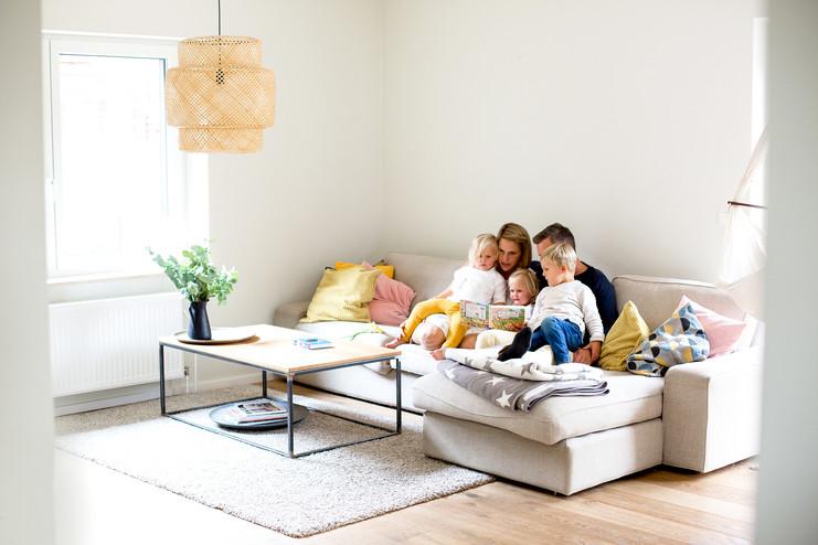 glückliche Familie auf dem Sofa
