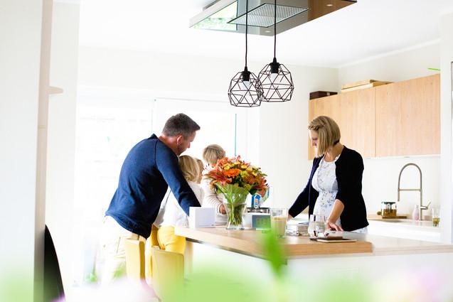 Familie beim Kochen in der Küche