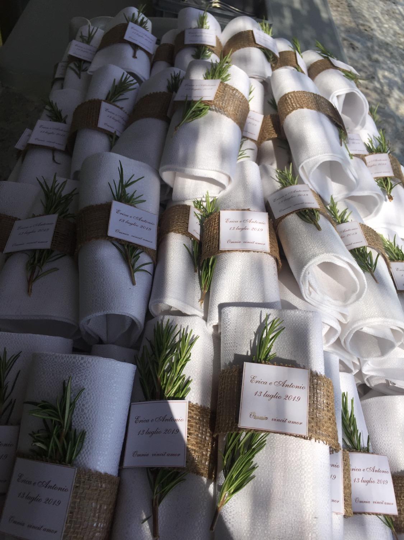 legatura del tovagliolo con erbe aromati