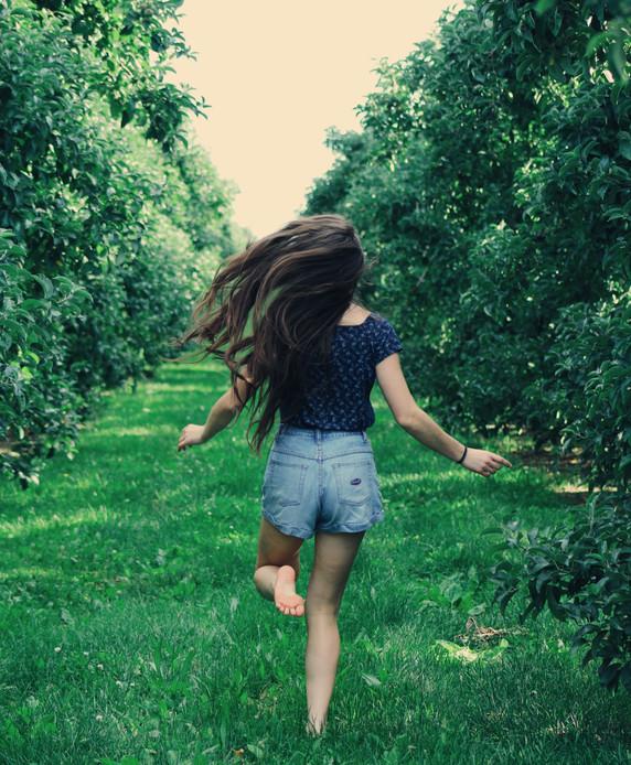 carefree-child-enjoyment-906008.jpg