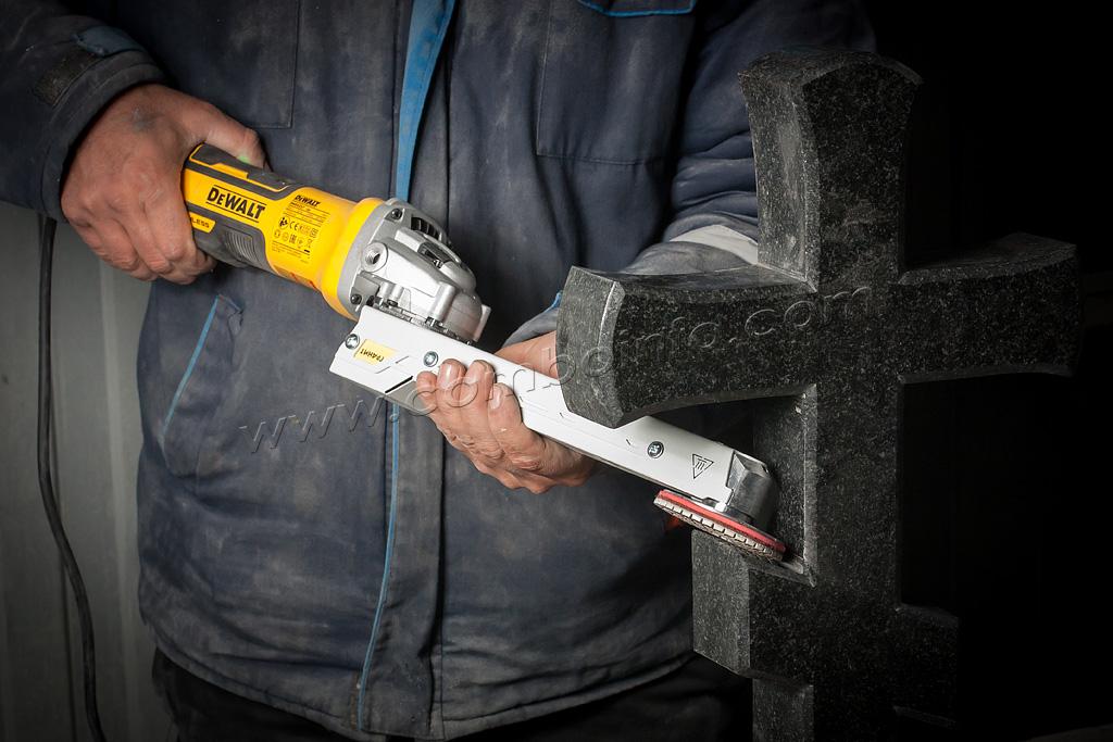 Шлифовка креста из гранита