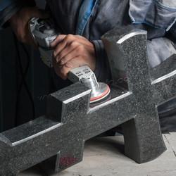 полировка креста из гранита