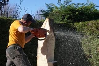action de sculpture à la tronçonneuse