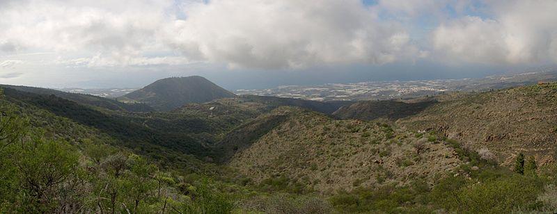 800px-La_Montaña_de_Tejina,_las_Fuentes_y_el_Choro._A_la_derecha_Guía_de_Isora.