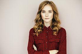 Красивая девушка в красной рубашке