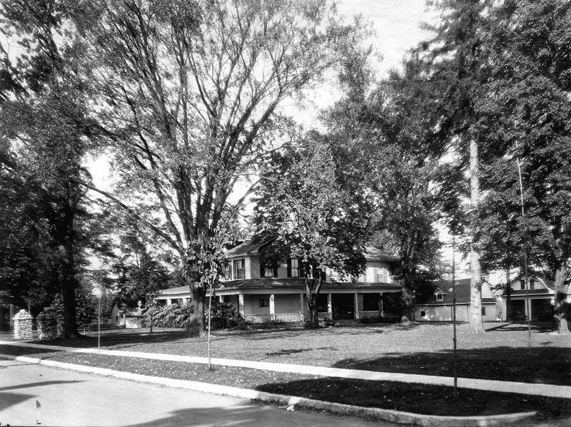 John-McInally-house-became-Governor-Simcoe-Hotel-circa-1920