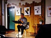 個展会場でライブコンサート「下田逸郎」