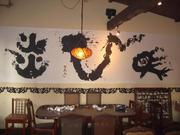 六本木カフェシンガプーラの壁面一面に依頼された「炎龍馬」の書