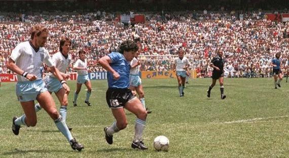 22 giugno 1986, stadio Azteca di Città del Messico: Diego Armando Maradona nei quarti di finale di Coppa del Mondo realizza il 2-0 contro l'Inghilterra. Il Pibe de Oro  quindi una corsa di 60 metri in 10 secondi, diritto verso la porta inglese, lasciandosi alle spalle cinque giocatori avversari, prima di depositare in rete il pallone.