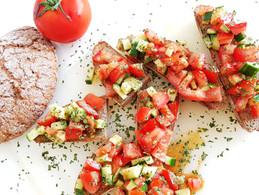 Tomaten-Gurken Bruschetta