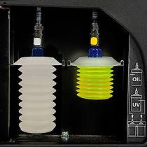 Герметичные контейнеры  для нового масла и красителя.