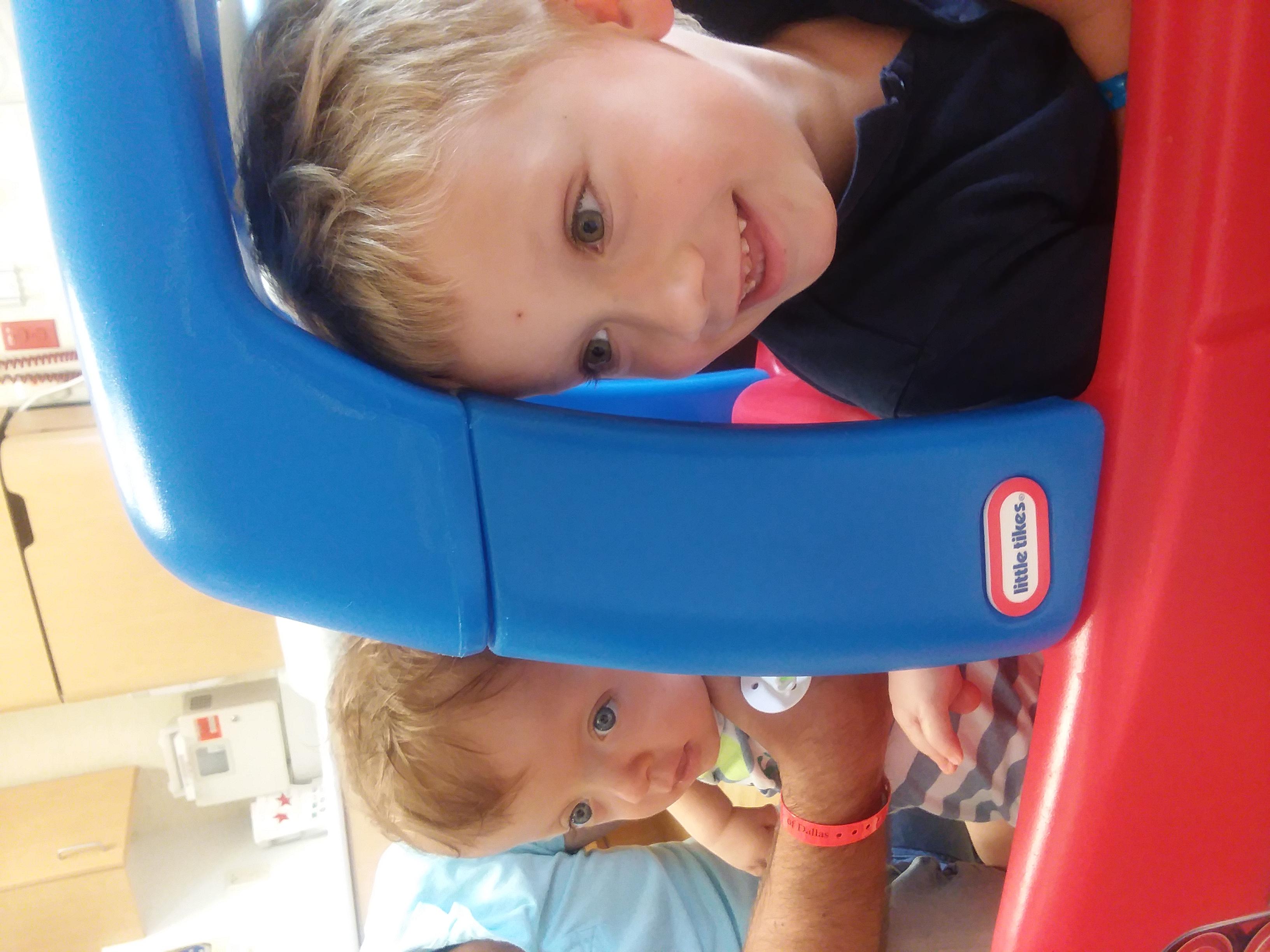 Adas z bratem Kuba- hospital play room