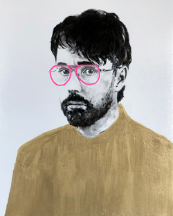 Homme aux lunettes roses
